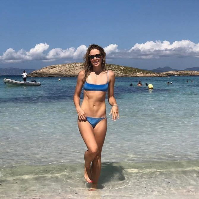 Анна Хатчисон фото в синем бикини на пляже