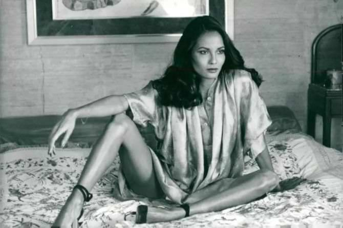 Лаура Гемсер фото в блузке на кровати