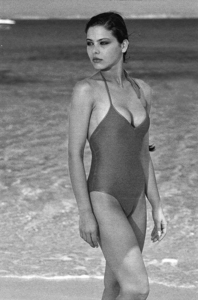 Орнелла Мути чёрно-белое фото в купальнике