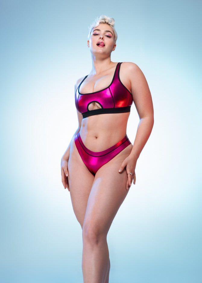 Стефания Феррарио фотов белстящем купальнике