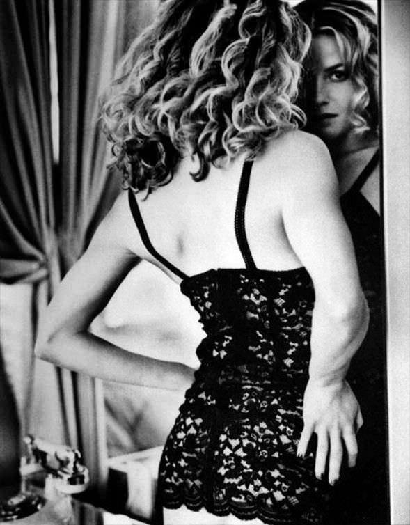 Элизабет Шу фото в кружевном платье перед зеркалом