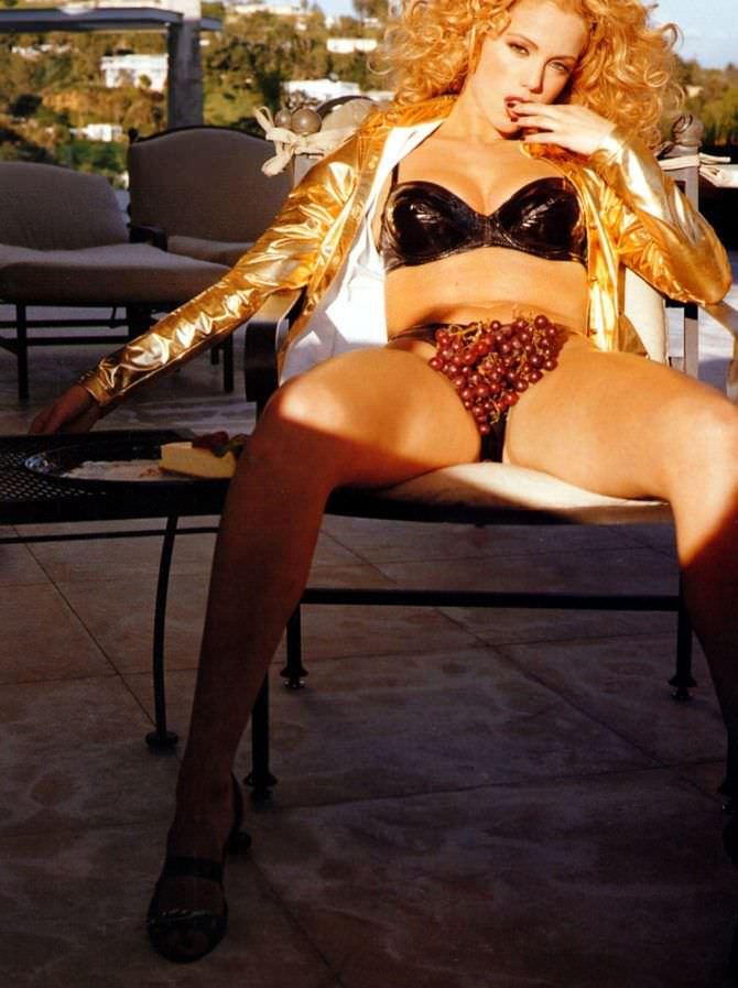 Элизабет Беркли фотография на стуле с виноградом