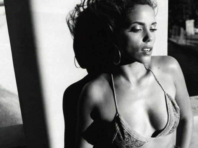 Элизабет Беркли чёрно-белое фото в бикини