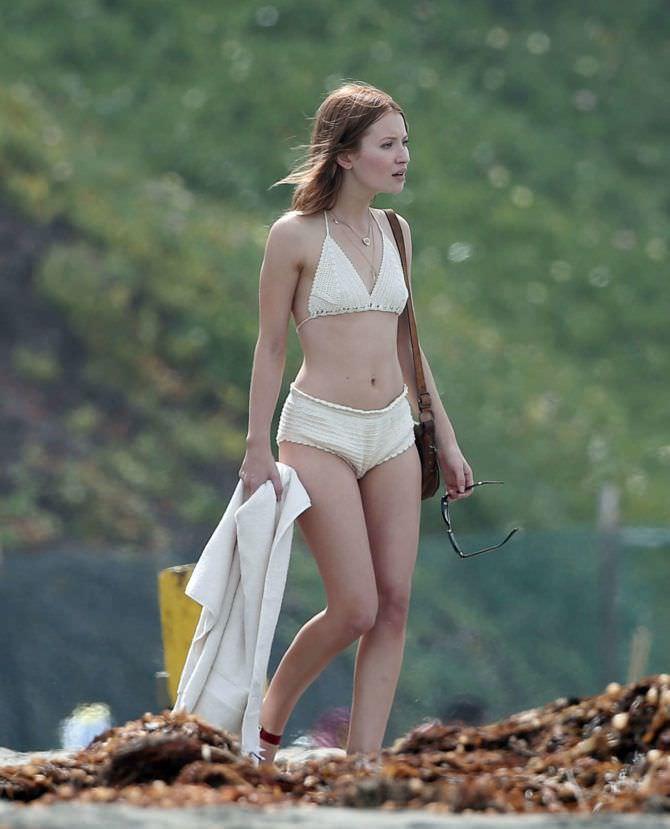 Эмили Браунинг фото в купальнике на пляже