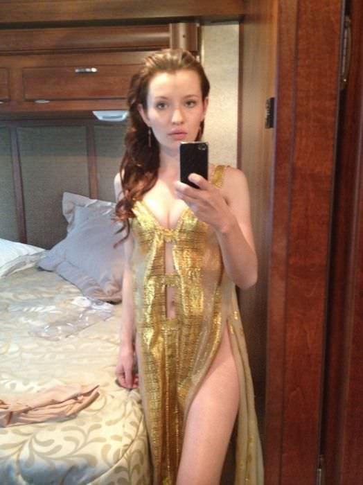 Эмили Браунинг слитое с телефона фото в платье