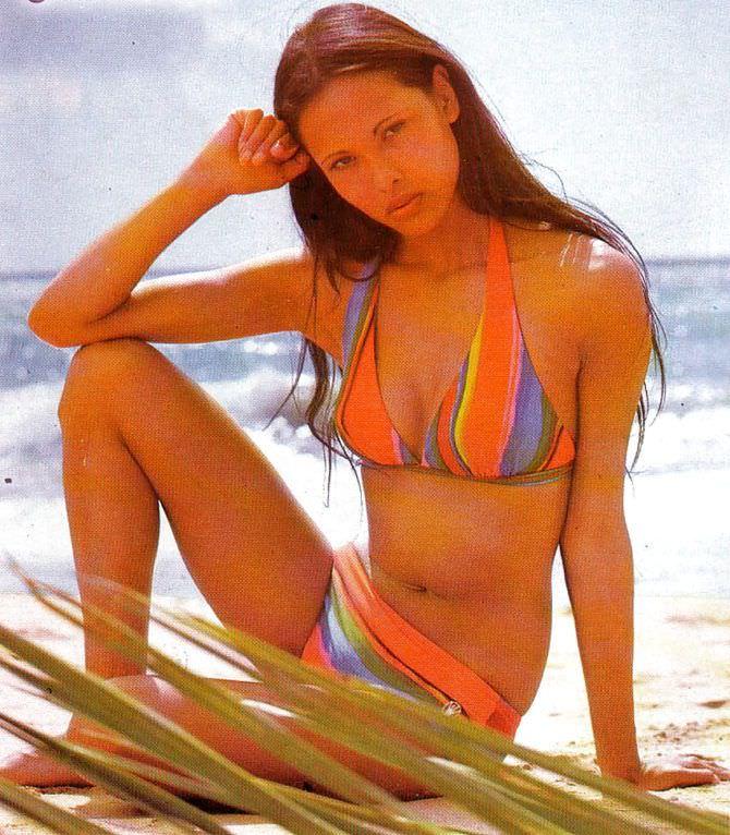 Лаура Гемсер фото в  полосатом бикини