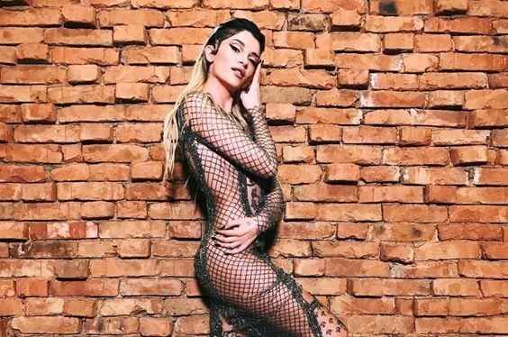 Эра Истрефи фото на фоне кирпичной стены