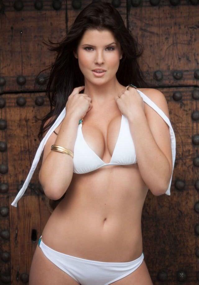 Аманда Черни фото в белом купальнике