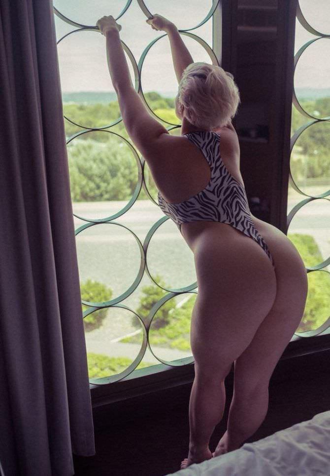 Стефания Феррарио фото в куплаьнике под зебру