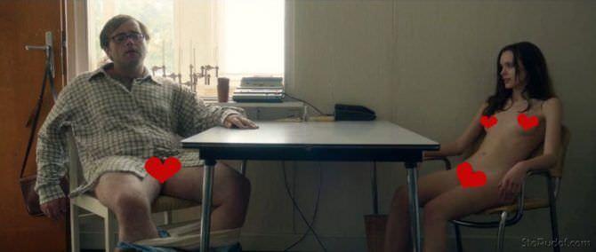Стэйси Мартин фото за столом