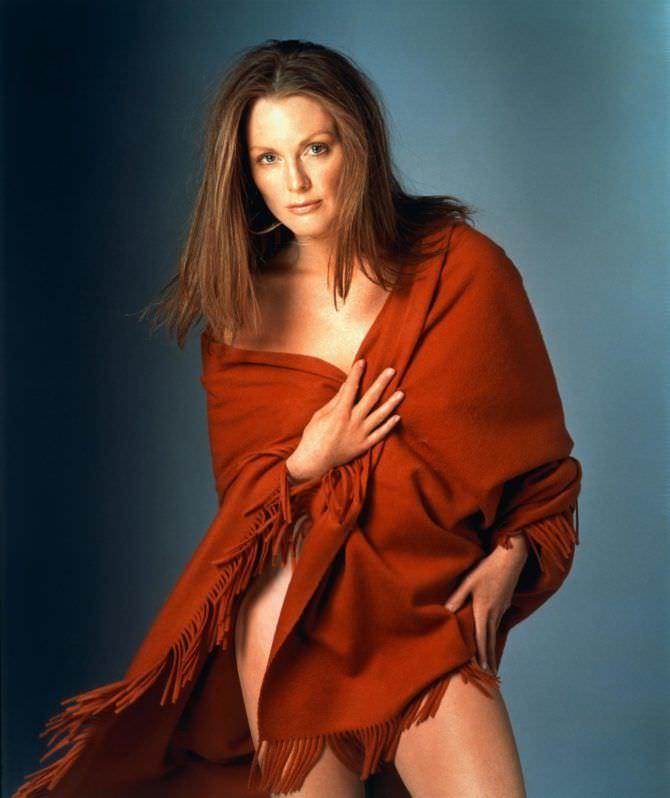 Джулианна Мур фотов красном палантине