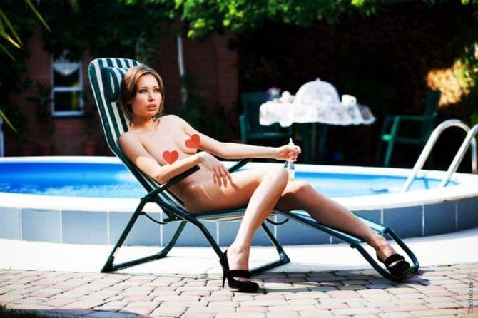 Виктория Юшкевич фото на лежаке