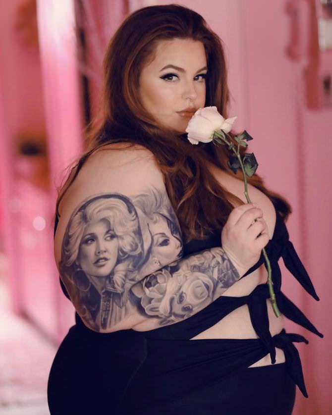 Тесс Холлидей фото с цветком розы