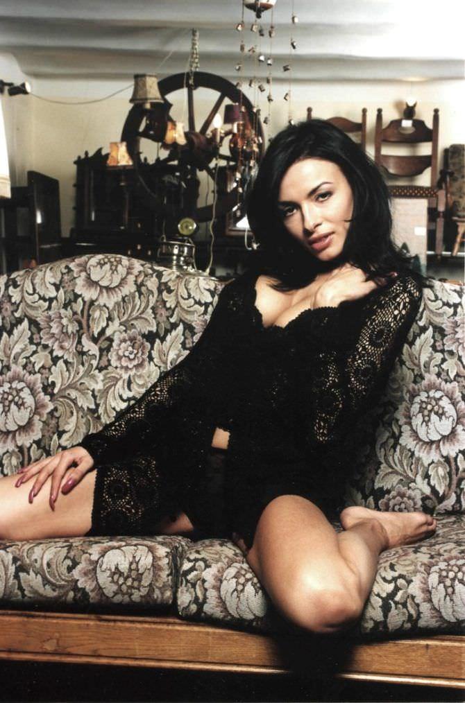 Надежда Грановская фото в кружевном белье на диване