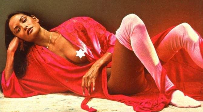 Лаура Гемсер фотов красном халате