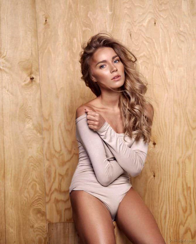 Арина Постникова фото в боди с рукавами