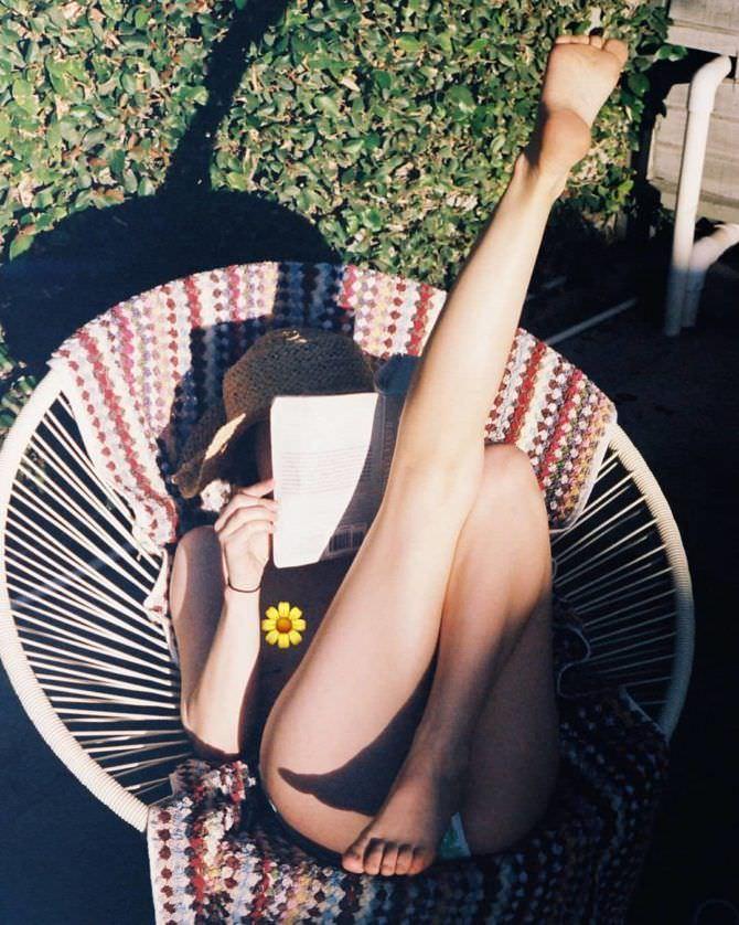 Эмили Браунинг слитое фото в кресле на лужайке