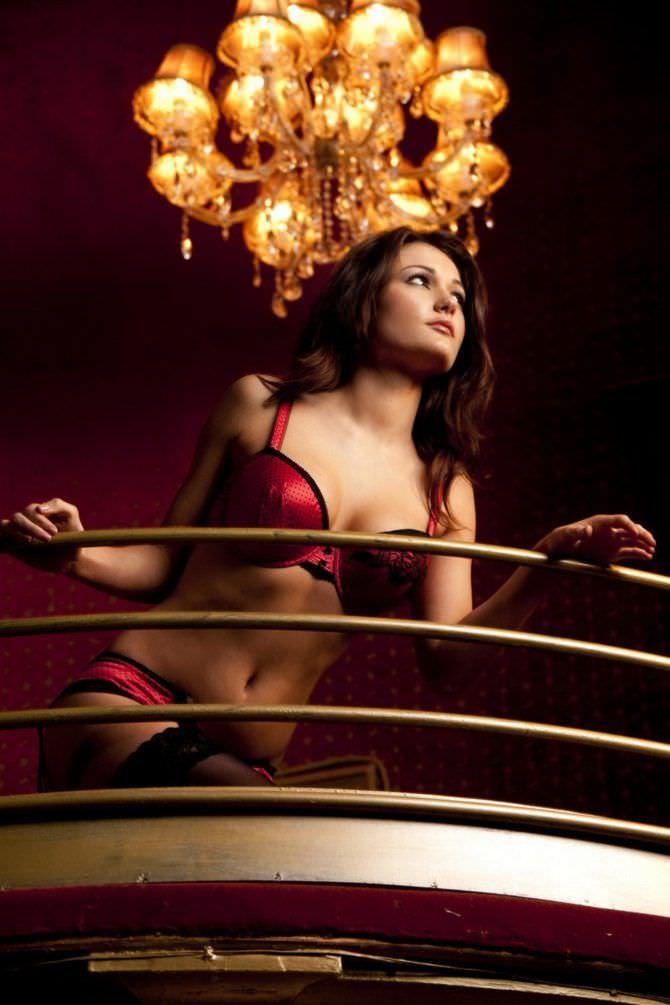 Индия Рейнольдс фото в красном белье в плейбой