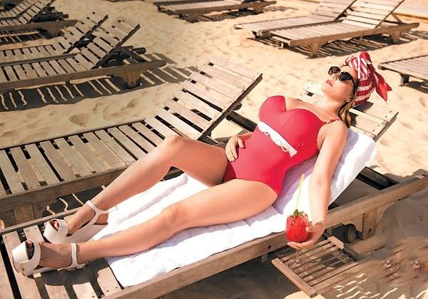 Ирина Пегова фото в красном купальнике на пляже