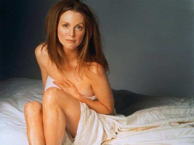 Джулианна Мур фотография в постели под одеялом
