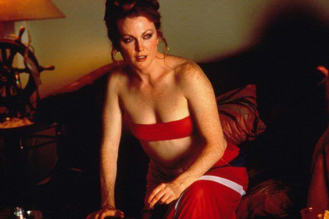 Джулианна Мур фото в красном купальнике