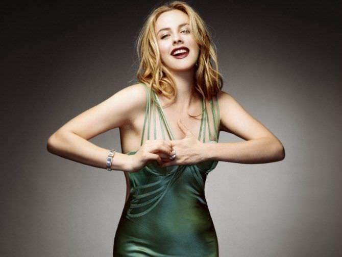 Алисия Сильверстоун фотография в зелёном платье