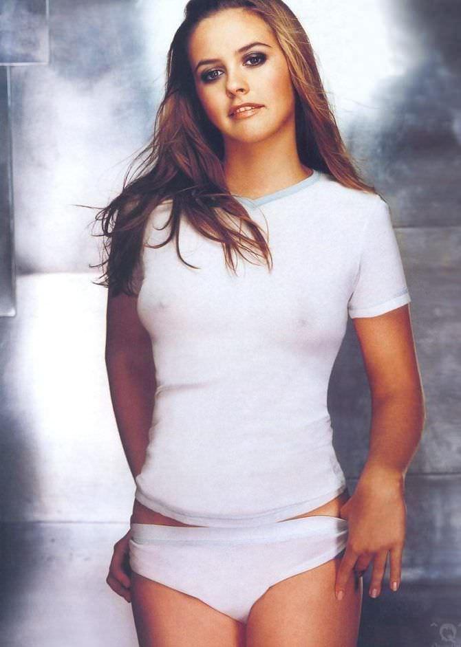 Алисия Сильверстоун фото в простой белой футболке