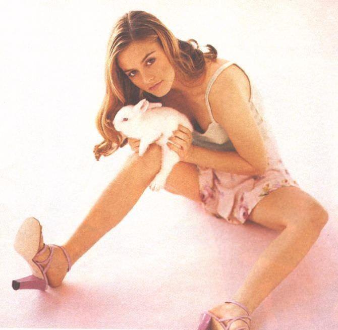 Алисия Сильверстоун фотография с кроликом в руках