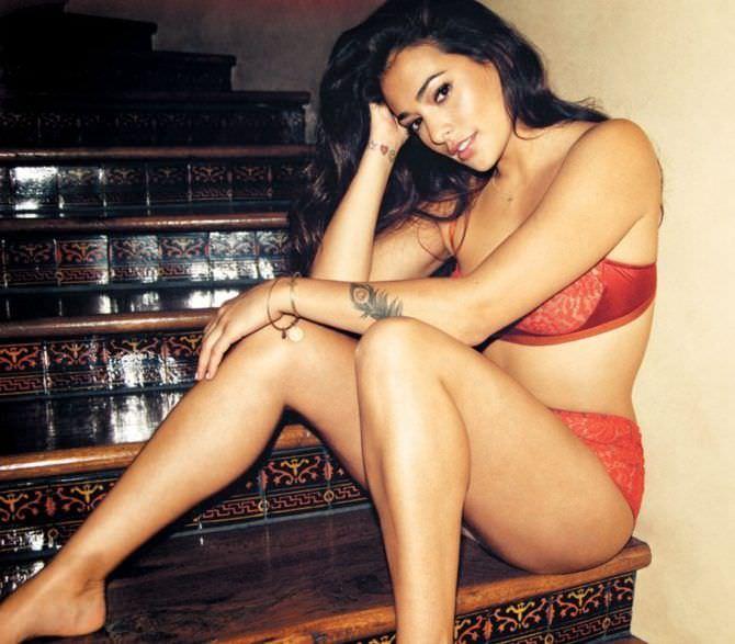 Натали Мартинес фотография в красном белье для журнала
