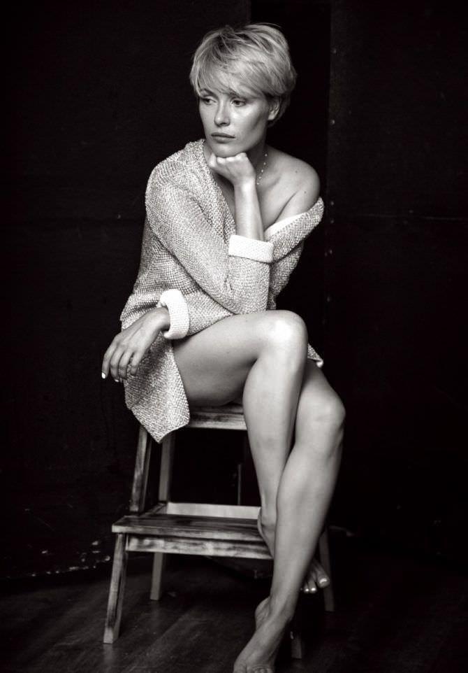 Виктория Маслова фото в кофте на стуле