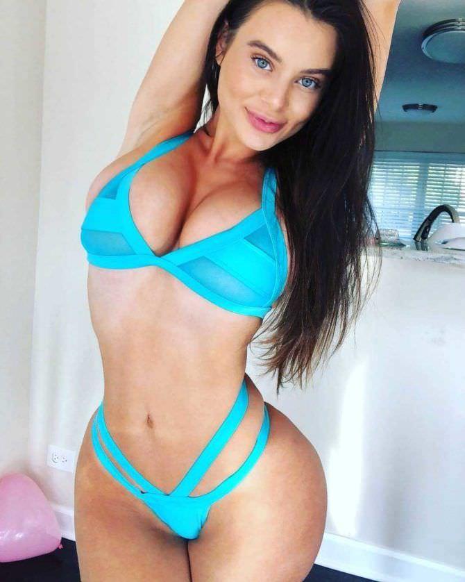 Лана Роудс фото в голубом купальнике