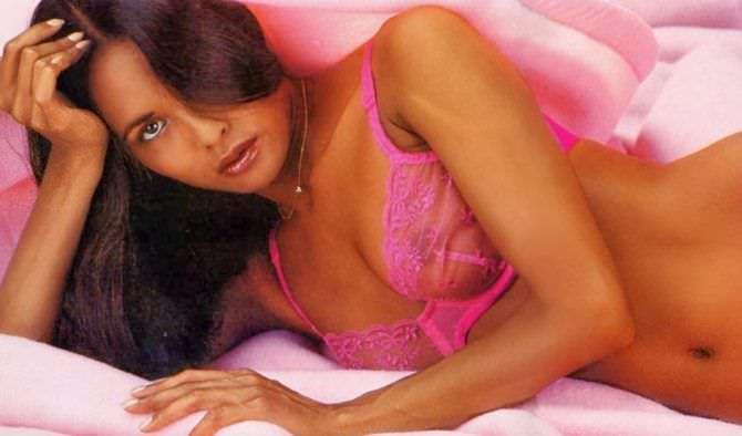 Лаура Гемсер фото в розовом нижнем белье