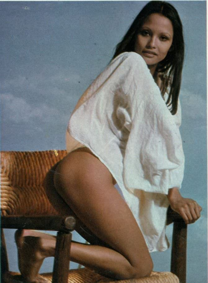 Лаура Гемсер фото на стуле