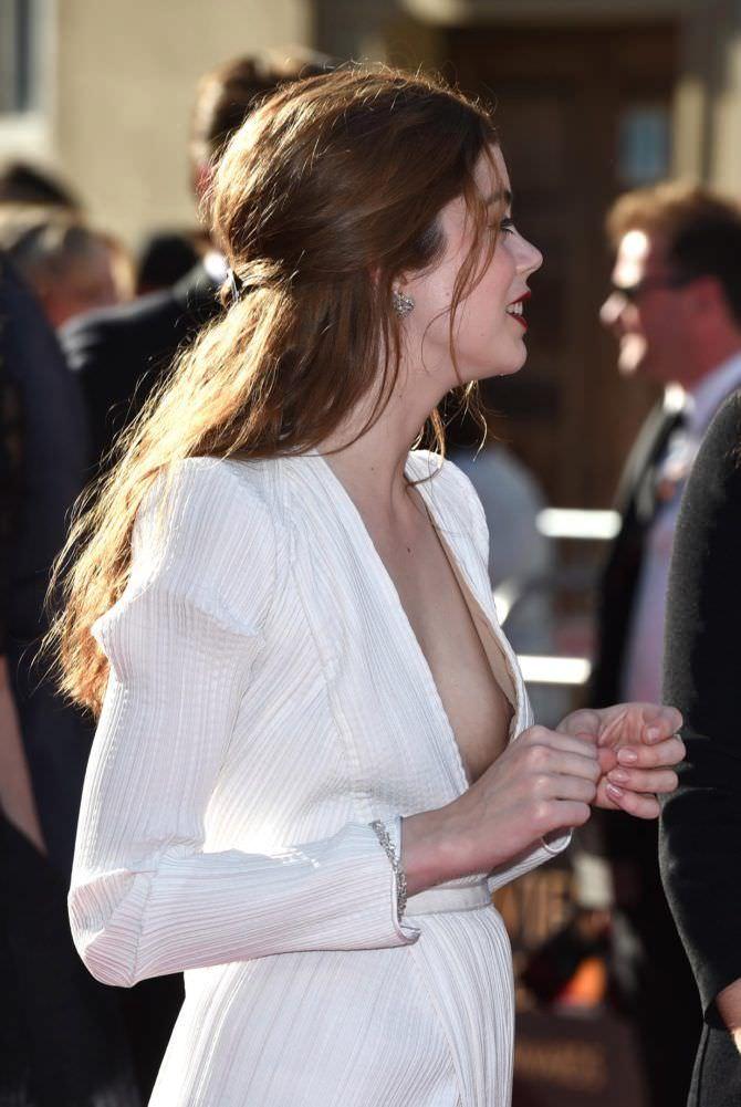 Шарлотта Хоуп фотография в белом платье на церемонии