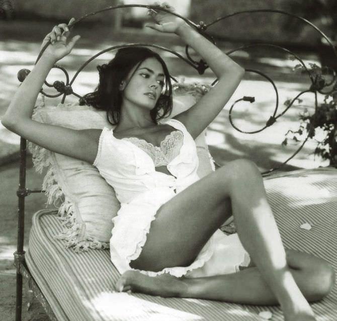 Мария Грация Кучинотта фото в белом сараване