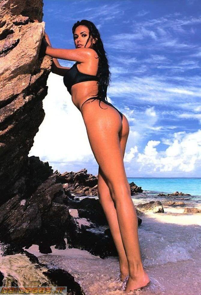 Мария Грация Кучинотта фотография на пляже в бикини