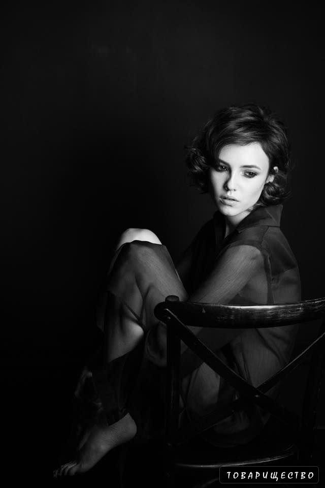 Стася Милославская чёрно-белое фото в блузке