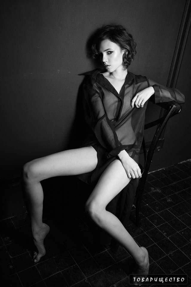 Стася Милославская фотосессия в прозрачной чёрной блузке