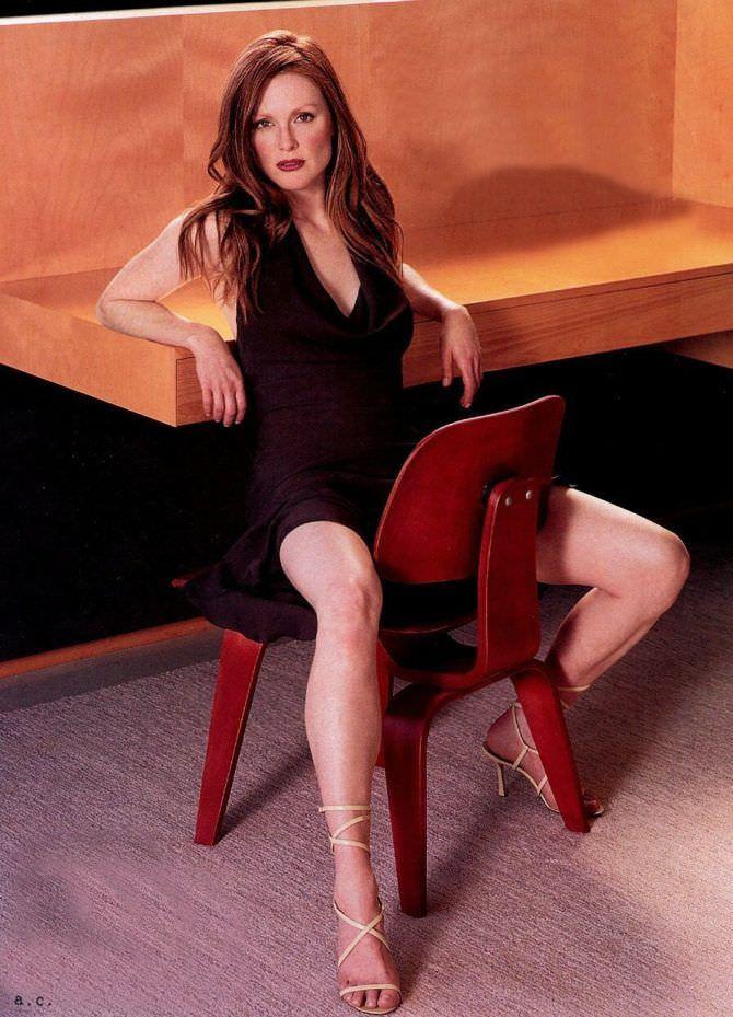 Джулианна Мур фотография в платье на стуле