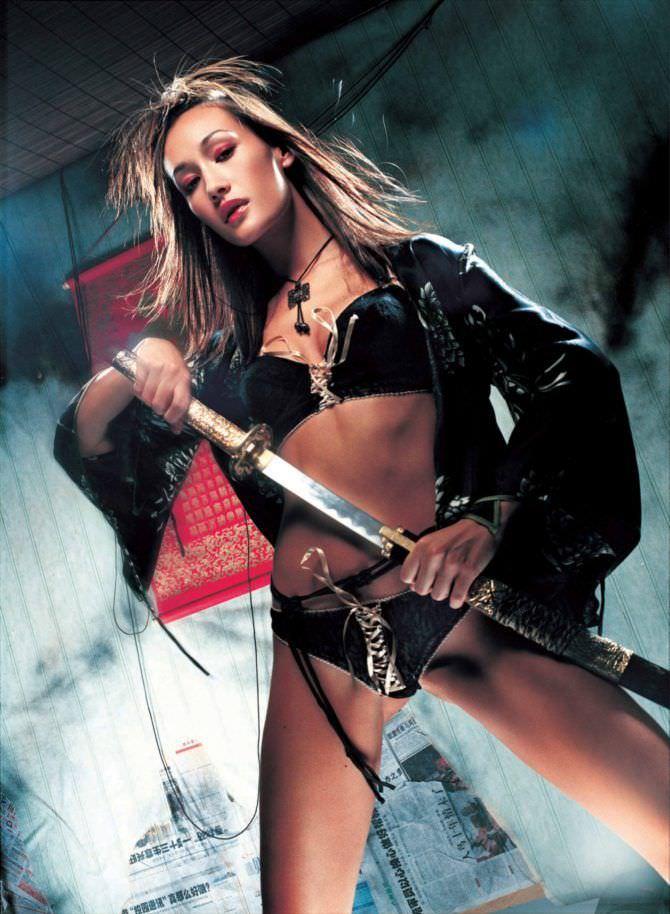 Мэгги Кью фото с мечом