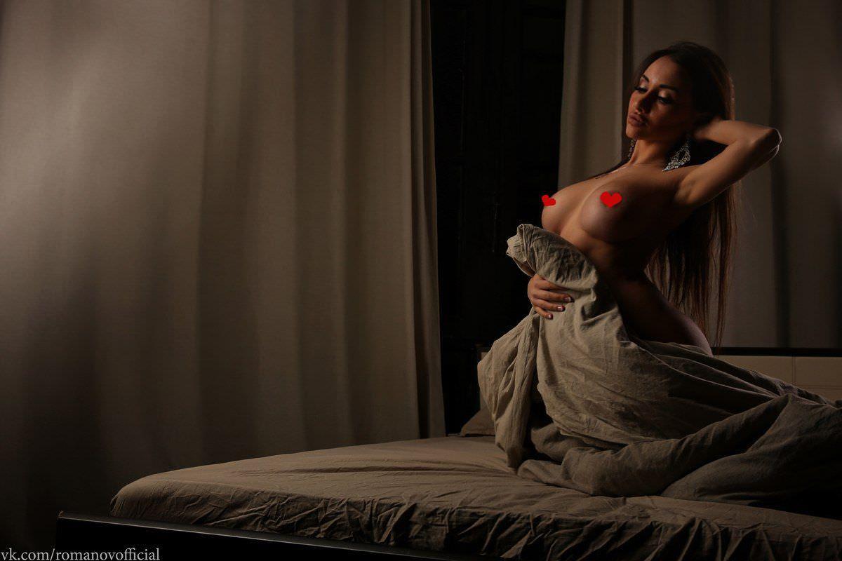 Кира Майер фото в одеяле