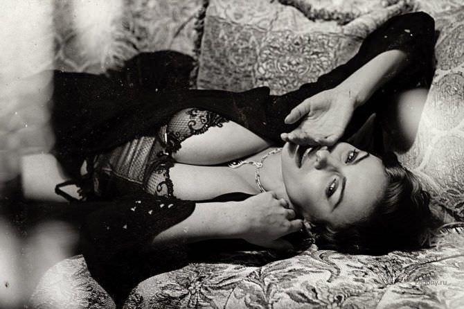 Надежда Грановская фото в нижнем белье на диване