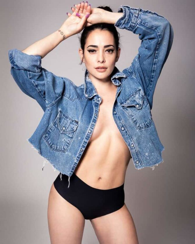 Натали Мартинес фотография в джинсовке и шортах