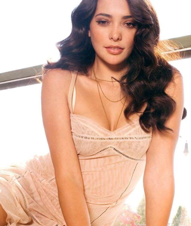 Натали Мартинес фото в тонком платье