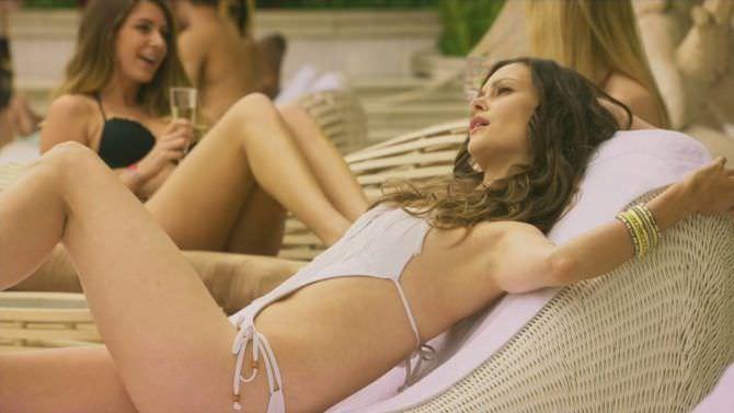 Ольга Фонда кадр из фильма в купалньике
