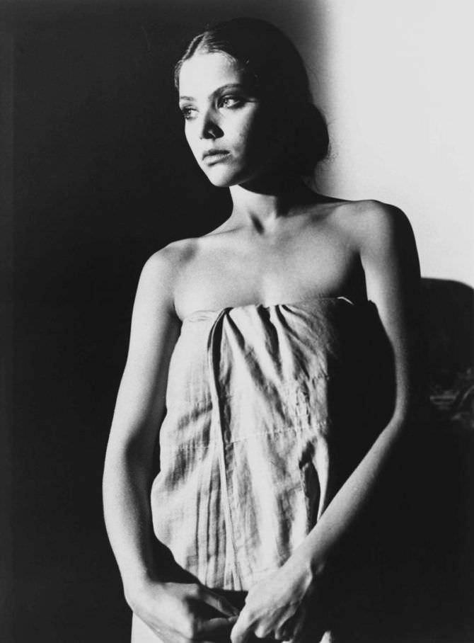Орнелла Мути чёрно-белое фото в полотенце