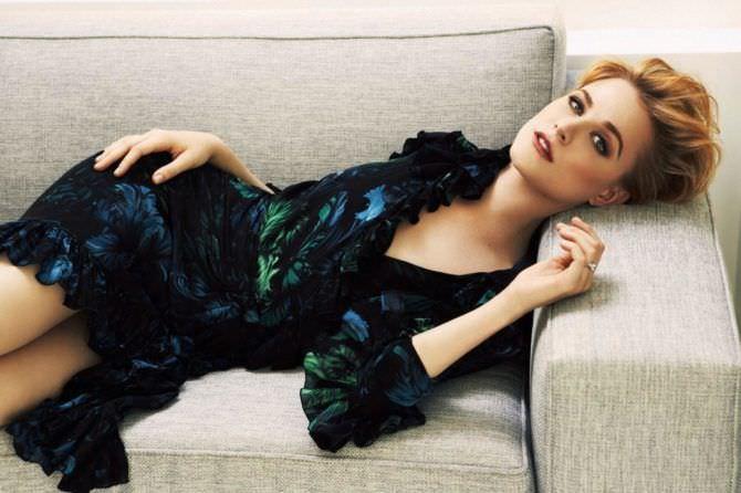 Эван Рэйчел Вуд фото в красивом платье на диване