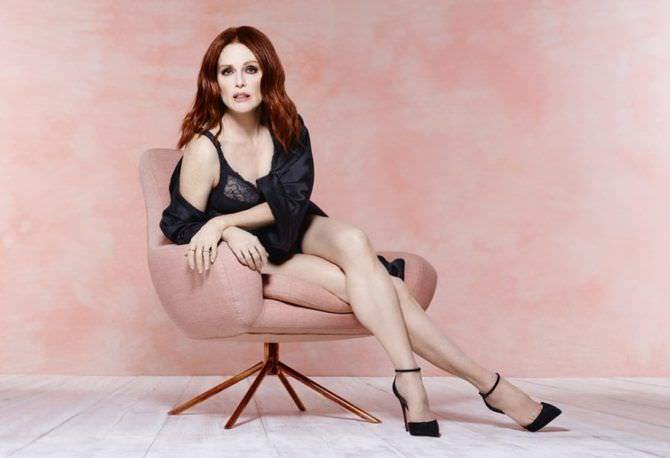 Джулианна Мур фотов белье на розовом кресле