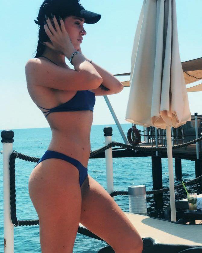 Эра Истрефи фото в синем бикини
