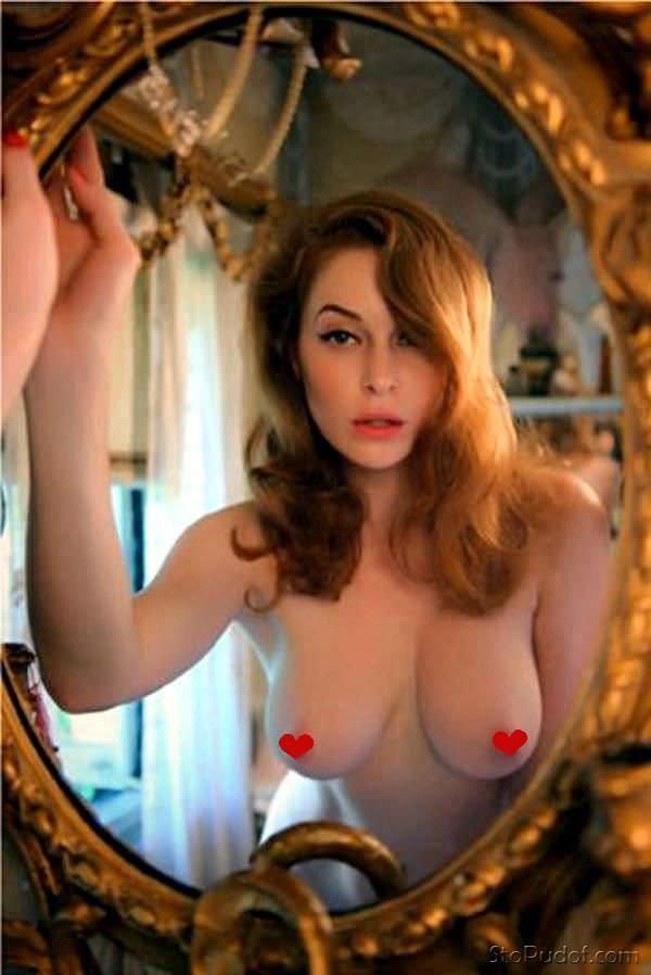 Эсме Бьянко фото в зеркале